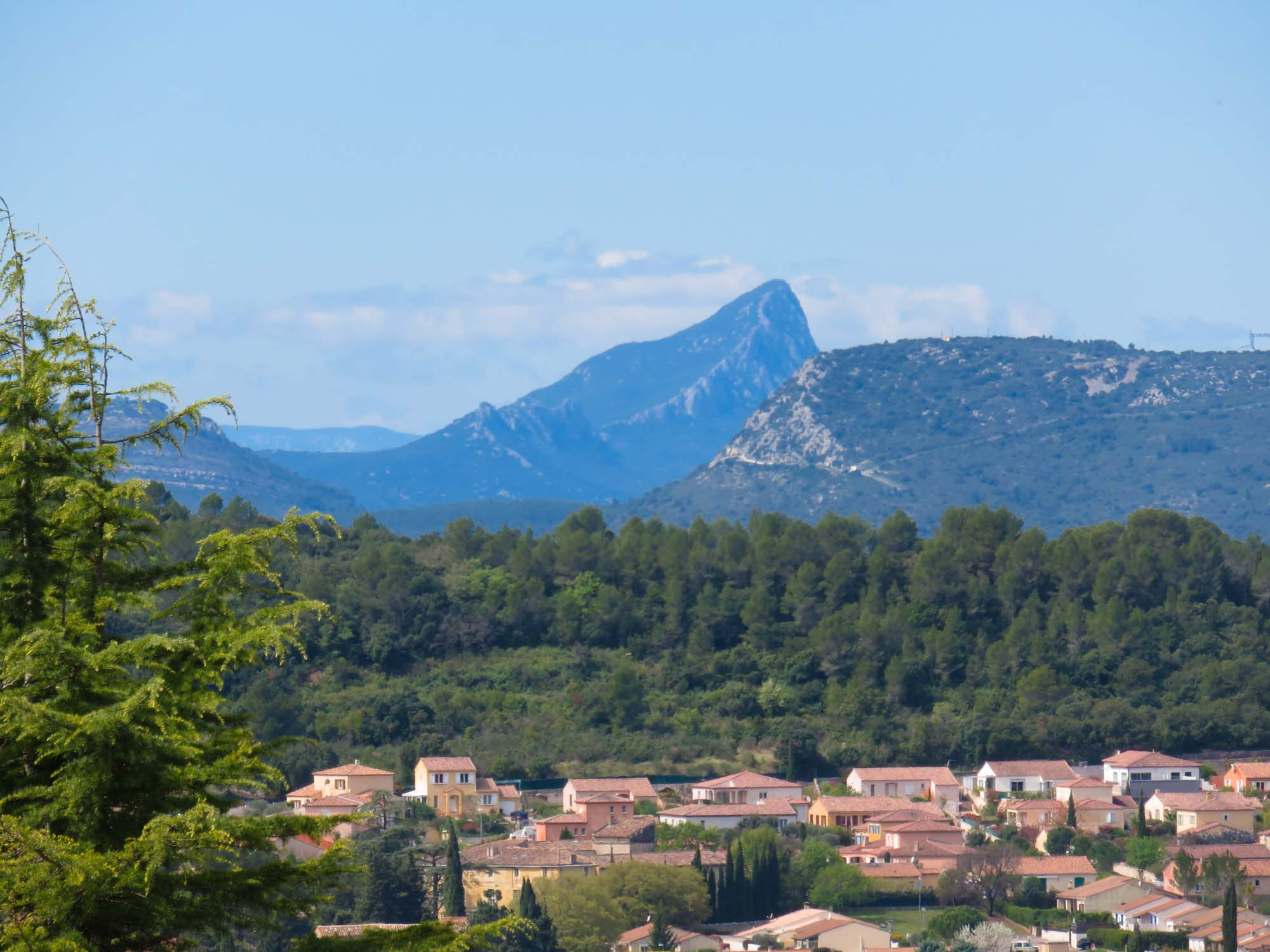 Weiter Blick über das Land zum Pic Saint Loup
