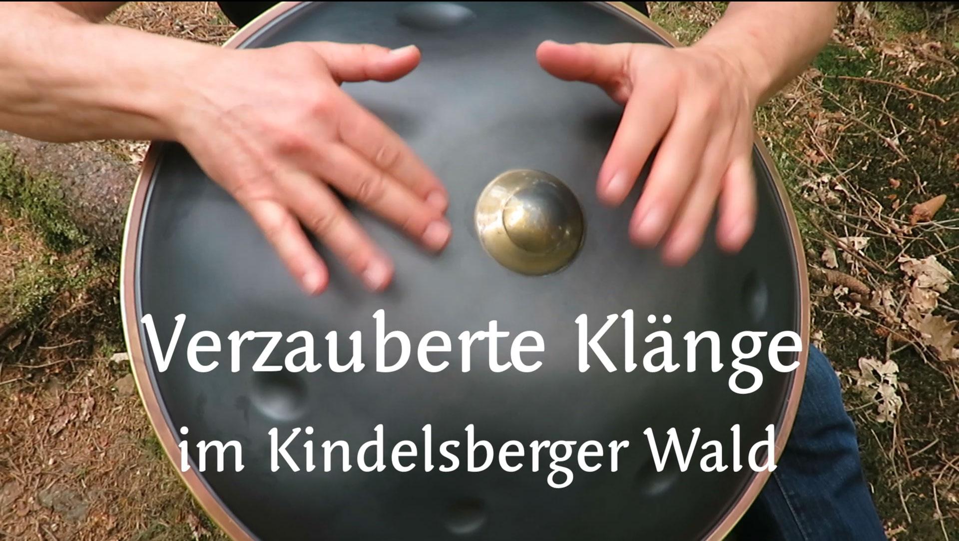 Titelbild Video. Zwei Hände auf einem Musikinstrument aus Metall
