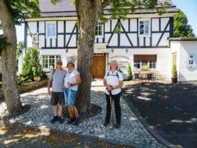 Wandergruppe vor Fachwerkhaus