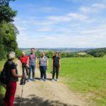 Wandergruppe auf der Wiese, Blick übers Land