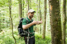 Harald Hamel erklärt den Wald