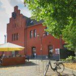Bahnhof Windeck-Schladern, ein rotes Haus mit Gastronomie davo