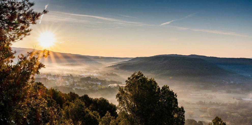 Morgensonne über den Bergen, Nebel im Tal, Bäume, Hügel der Provence