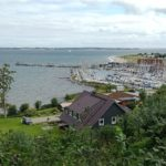 Blick auf einen kleinen Hafen am Fördesteig