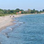 Fast menschenleerer Strand am Fördesteig